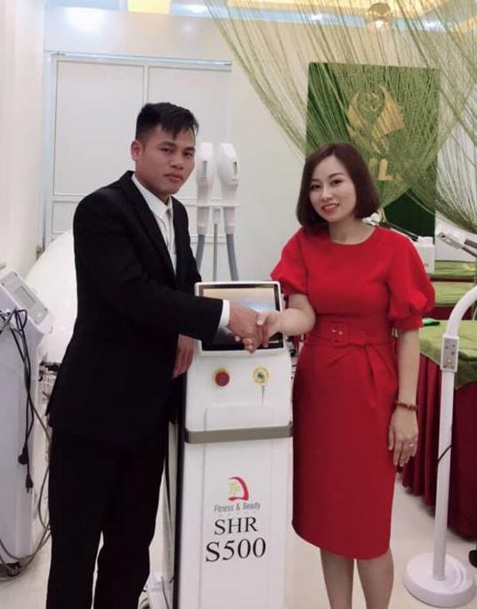 Khách Hàng Tại Thành Phố Nam Định bắt tay cảm ơn công ty